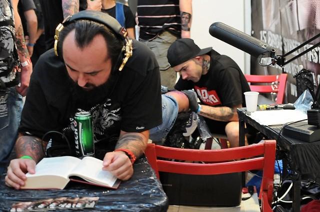 Tatuażyści z Europy prezentują swoje dzieła na ciałach damskich i męskich