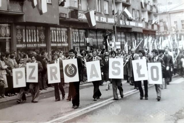 Pochód z okazji Święta Pracy. Jasło 1 maja 1980 roku.