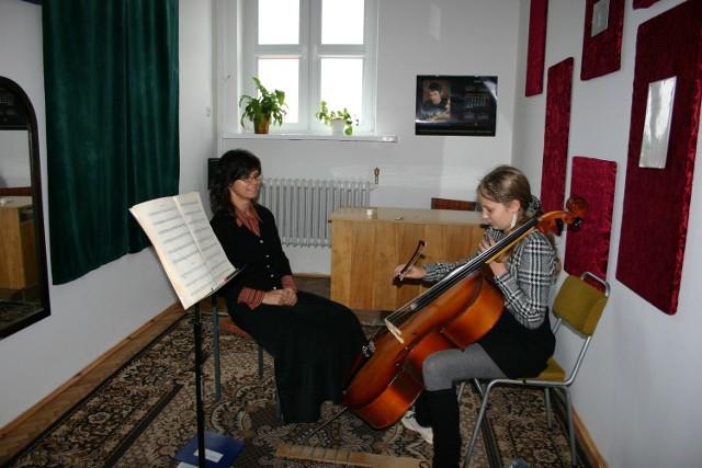 Nauka gry na instrumencie w szkole muzycznej odbywa się z nauczycielem indywidualnie