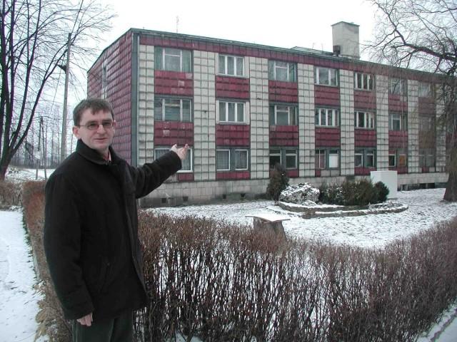 Dyrektor Zespołu Szkół nr 2, Jerzy Bryś, przed jednym z dwóch pustych internatów