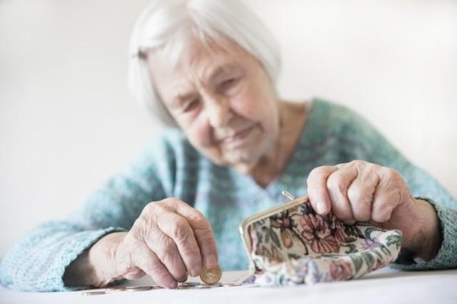Większość seniorów w Polsce może liczyć na dodatkowe pieniądze. Jeszcze w tym roku emeryci i renciści otrzymają nawet 1000 zł netto. Poza standardową emeryturą wypłacana będzie 14. emerytura. Świadczeniobiorcy nie muszą martwić się o formalności. Chcąc otrzymać czternastkę, nie trzeba składać dodatkowych wniosków. Liczy się za to inna kwestia... Ponadto nie wszyscy dostaną tle samo! Wszystko zależy od wysokości bieżącej emerytury. W galerii prezentujemy stawki. Zobacz, ile wyniesie Twoja 14. emerytura!   Ile wyniesie Twoja 14. emerytura? Stawki mogą być różne! Zobacz wyliczenia w dalszej części galerii!  Czytaj dalej. Przesuwaj zdjęcia w prawo - naciśnij strzałkę lub przycisk NASTĘPNE  POLECAMY TAKŻE: Tyle wyniesie emerytura w 2022 roku? Są nowe wskaźniki waloryzacji