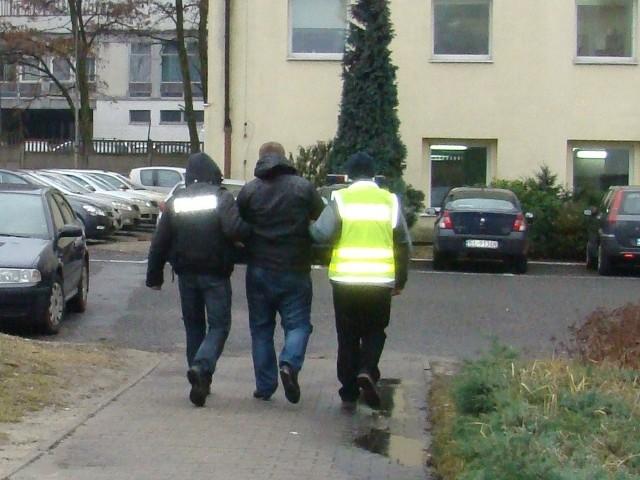 Policjanci zatrzymali czterech mężczyzn podejrzanych o podpalenie 10 samochodów.