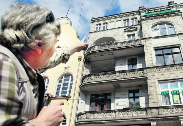 Janusz Jankowski z Dubois 3 pokazuje popękaną kamienicę