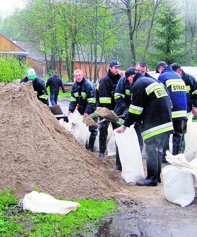 Przy zabezpieczaniu mieszkańcom pomagali strażacy. Ładowali piach do worków, które mają tamować wodę