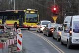 Po zmianie organizacji ruchu autobusy MPK ledwo mieszczą się na Ołtaszyńskiej (ZDJĘCIA)