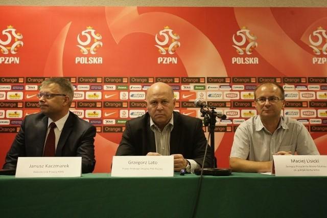 Janusz Kaczmarek (pierwszy po lewej) ma nadzieję, że nowy system bezpieczeństwa wyeliminuje pseudokibiców