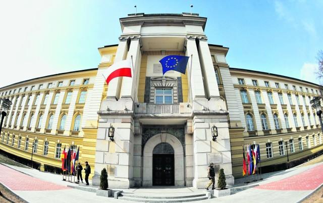 Szefem gabinetu politycznego premiera jest Łukasz Broniewski. Do 24 doradców politycznych w KPRM dołąc  zył Maciej Wewiór. Pracuje z rzecznikiem rządu