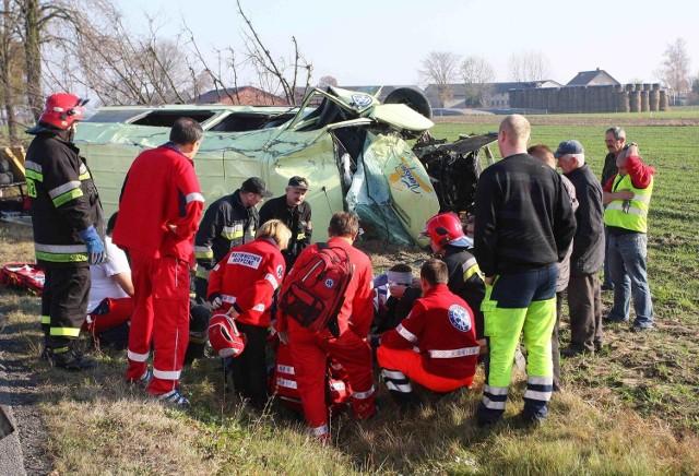 Sześcioro dzieci i kierowca zostało rannych w wypadku busa pod Piotrkowem Trybunalskim.