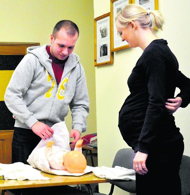 Alicja i Łukasz wkrótce zostaną rodzicami, a już wiedzą jak zaopiekować się dzieckiem