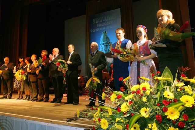 Laureaci honorowych statuetek starosty częstochowskiego w komplecie na scenie Filharmonii Częstochowskiej