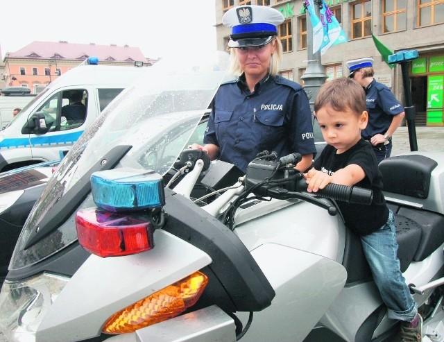Karol Hamela przymierzał się w piątek do policyjnego motoru