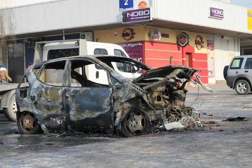 Na Czechowie spłonął mercedes, zaś audi zostało poważnie uszkodzone. Na zdjęciu mercedes.