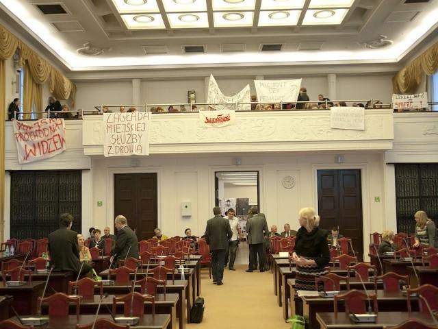 Od początku środowej sesji na sali protestują pracownicy miejskich przychodni.