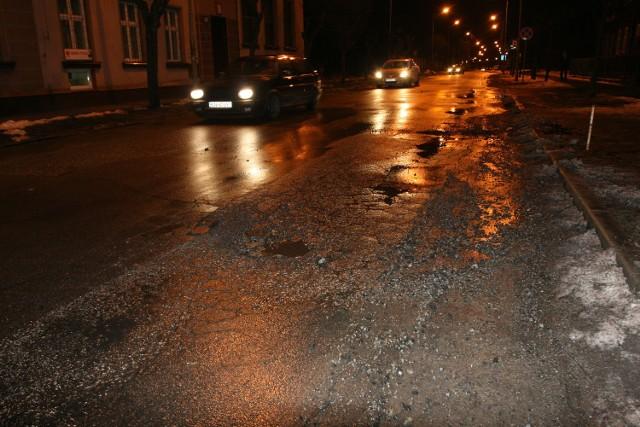 W Nowym Sączu trwa łatanie pośniegowych i pomrozowych dziur na jednej z głównych ulic - Nawojowskiej