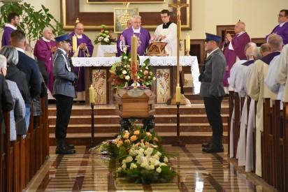 Ostatnie pożegnanie księdza Henryka Nadolnego, byłego proboszcza parafii pw. św. Królowej Jadwigi