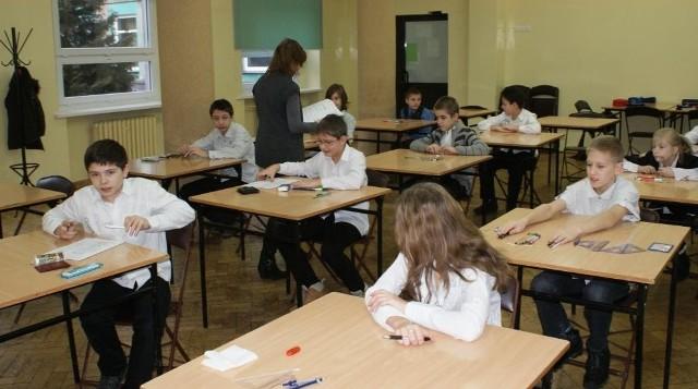 Szóstoklasiści w SP nr 13 w Poznaniu podczas próbnego sprawdzianu, który odbył się w styczniu 2012 roku
