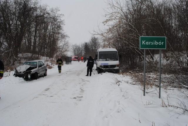 Najgroźniejszy wypadek miał miejsce wczoraj o godz. 11.00 na drodze Karsibór – Kłębowiec powiat wałecki, gdzie doszło do zderzenia aż trzech aut. Ze wstępnych ustaleń wynika, że kierujący autobusem marki Mercedes prawdopodobnie nie dostosował prędkości do panujących warunków na drodze i zderzył się czołowo z samochodem marki Daewoo Lanos a ponadto w tył autobusu uderzył kolejny pojazd marki  Mercedes. W wyniku tego wypadku sześć osób trafiło do szpitali. Ich życiu i zdrowiu nie zagraża żadne niebezpieczeństwo.  ZOBACZ TAKŻE: Karambol pod Stargardem Szczecińskim - ZDJĘCIA  Wypadek na drodze Karsibór – Kłębowiec - powiat wałecki