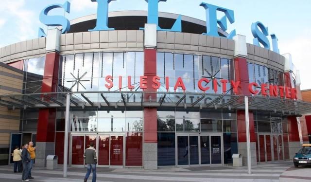 Silesia City Center w Wielką Sobotę generalnie będzie czynne od 10 do 14. Dłużej bo od 11. do 23 czynne będzie restauracja Bierhalle, Jeff's do 17., Sztolnia do 16. Tesco Extra tego dnia będzie dostępne od 6. do 13. Również do 13. będzie pracowała część sklepów odzieżowych.   Cinema City Center w SCC będzie czynne w Wielką Sobotę od 9.30 do 22.45.   W Wielką Sobotę dostępna przez całą dobę będzie Apteka Europejska w SCC.  Silesia City Center 1 kwietnia w Niedzielę Wielkanocną będzie generalnie nieczynne. Wyjątkiem będzie Apteka Europejska czynna całą dobę. Tego dnia zamknięte będzie również Cinema City.   Silesia City Center 2 kwietnia w Poniedziałek Wielkanocny będzie zamknięta. Wyjątkiem znów będzie Apteka Europejska oraz restauracje. Hana Sushi będzie czynne od 12. do 21., Jeff's od 13. do 21 oraz Sztolnia – od 12. do 21. Otwarte 2 kwietnia będzie też Cinema City w SCC, które będzie czynne od 9.30 do 22.45.