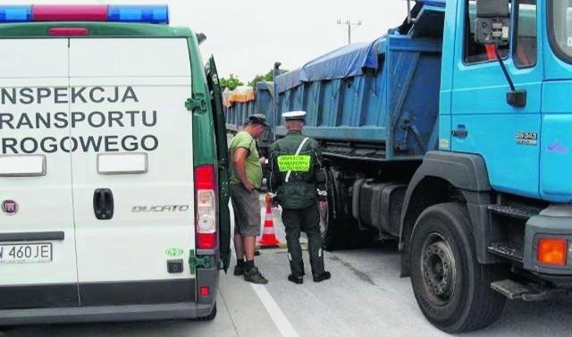Sprawdzanie samochodów ciężarowych na punkcie kontroli w Wilkowie koło Głogowa