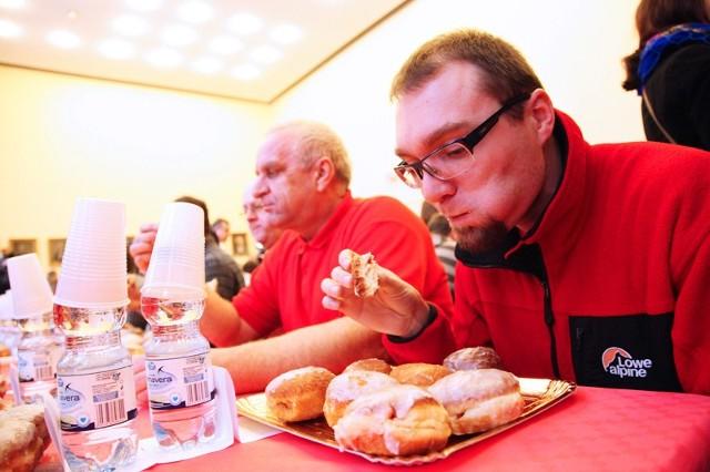 Techniki zjadania są bardzo różne: wypchanie całego pączka do buzi, albo odgryzanie małych kęsów, rwanie  palcami, częste popijanie.