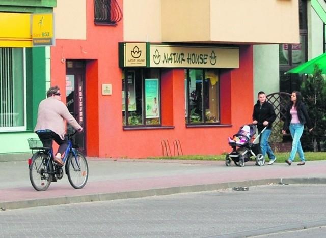 Ścieżka rowerowa wzdłuż ul. Dąbrowskiego spełnia przepisy.