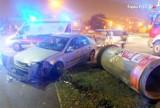 Wypadek w Żorach: O włos od tragedii! Samochód staranował słup ogłoszeniowy na Alei Jana Pawła II