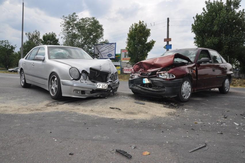 Na skrzyżowaniu drogi K-19 z K-48 w Kocku zderzył się mercedes z oplem