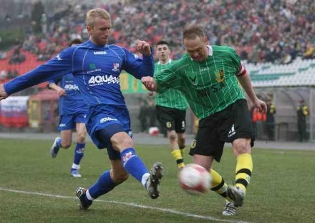 Piłkarze GKS-u (zielone stroje) są dobrze przygotowani do pojedynku w Otwocku