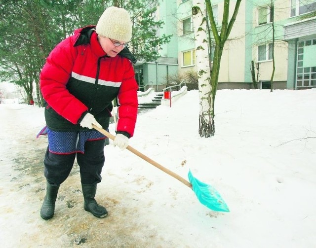 Pani Beata walczy ze śniegiem przy Idzikowskiego, Skrzydlatej i Tańskiego