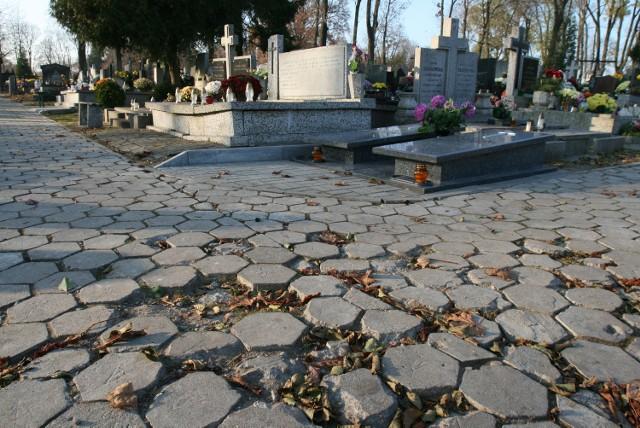 W bocznych alejkach cmentarza na Dołach pełno jest dziur