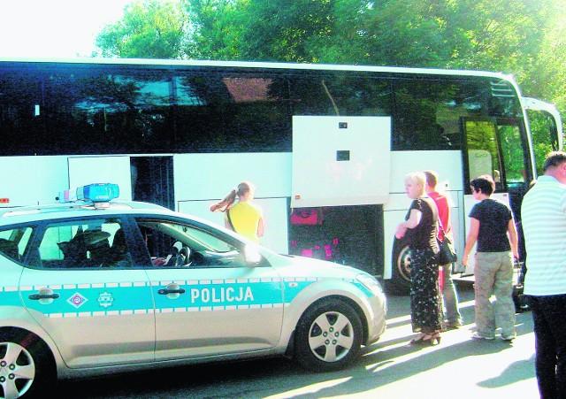 Policjanci z drogówki drobiazgowo skontrolowali stan techniczny pojazdu