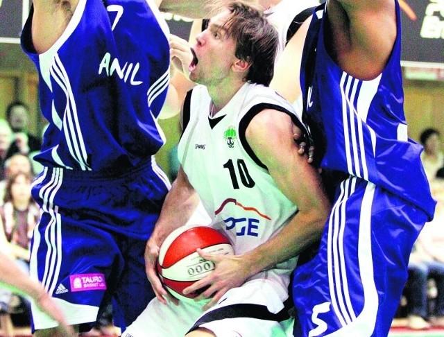 Czy koszykarze PGE Turowa Zgorzelec (na zdjęciu z piłką Konrad Wysocki) znajdą sposób na Polonię?