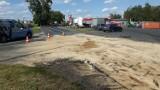 Po kolizji dwóch samochodów w Barcinie, na drogę wojewódzką nr 254 wyciekło około 500 litrów oleju napędowego