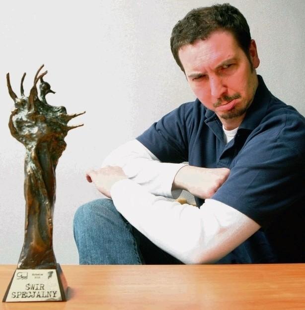 Krzysztof Ferdyn ze statuetką Świra Specjalnego