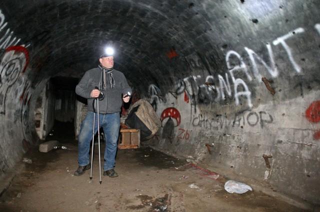 Jeśli chodzi o podziemne odcinki trasy, to te wieść będą między innymi schronami szczelinowymi i odkrywkowymi. Cóż, w niektórych miejscach uczestnicy będą mieli kontakt z wodą, i to powyżej kolan - dodaje  Jarosław Kłodziński, organizator rajdu.