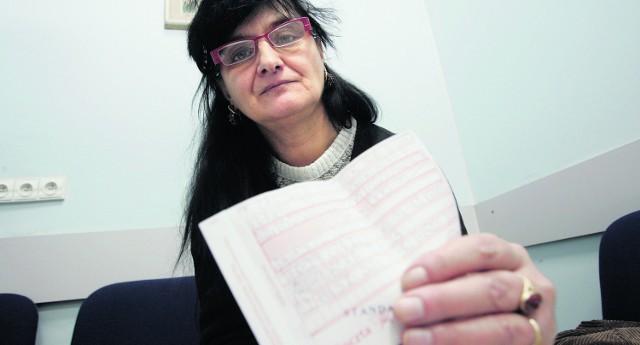 Lidia Strzemecka przedstawia dowody wpłaty części czynszu. Teraz wszystko płaci regularnie i ma już dość problemów