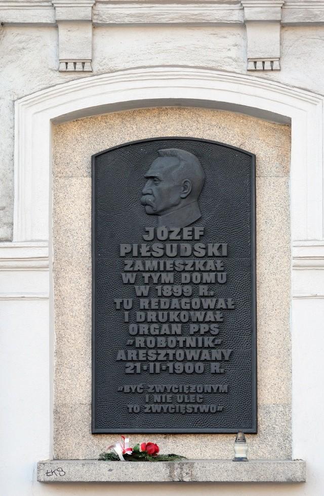 Tablica Marszałka przy IV LO w Łodzi
