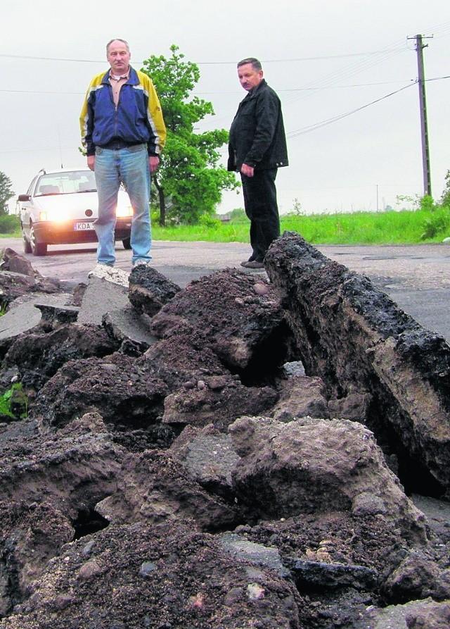 Na wieść o blokadzie, drogowcy pospiesznie łatali większe wyboje. To, co zrobili, niewiele poprawia sytuację