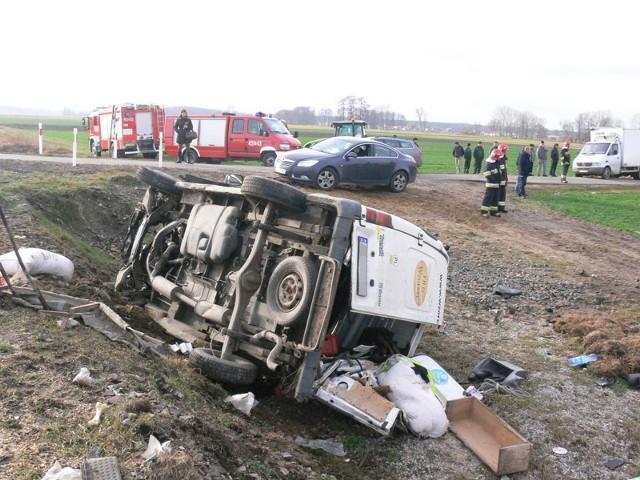 Bus wpadł pod pociąg na niestrzeżonym przejeździe kolejowym w miejscowości Jamno koło Łowicza.