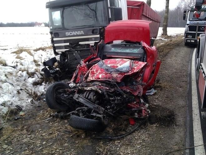 22 lutego o godzinie 9.15 w miejscowości Stawek (gmina Cyców) ciężarowa scania zderzyła się z fiatem sieną. Śmierć na miejscu poniósł 46-letni kierujący samochodem osobowym, mieszkaniec gminy Sawin. Czytaj więcej: Stawek: Zderzenie dwóch aut. Nie żyje mężczyzna