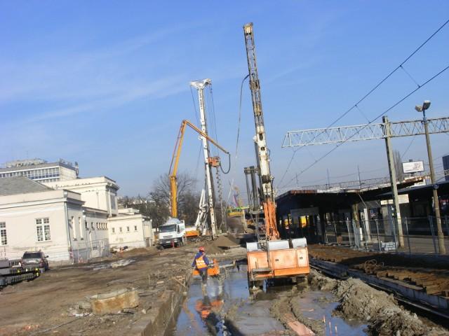 Prace zmierzające do przedłużenia linii PST trwają na odcinku od Mostu Teatralnego po Dworzec  Zachodni, gdzie  w ziemię wbijane są  pale