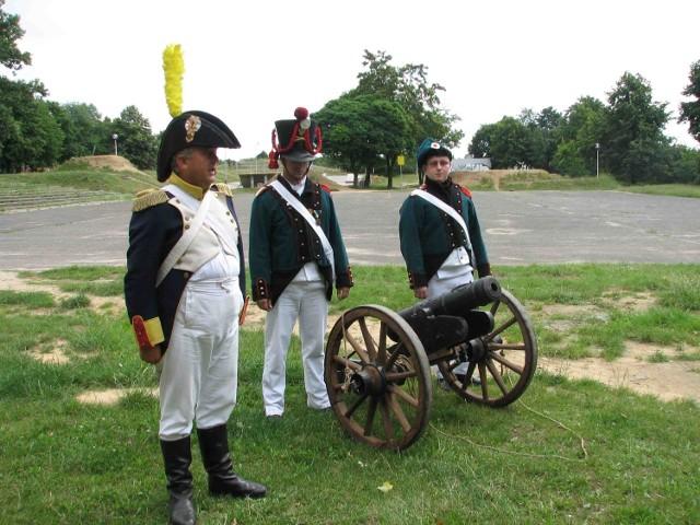 Członkowie stowarzyszenia w mundurach z epoki napoleońskiej