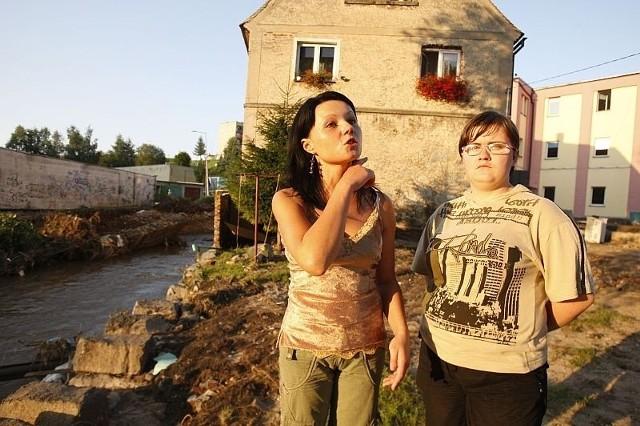 Barbara Polanowska (z lewej) została bez domu. Od kilku dni mieszka w szkole