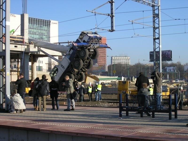 Dźwig przewrócił się na budowie dworca PKP w Poznaniu