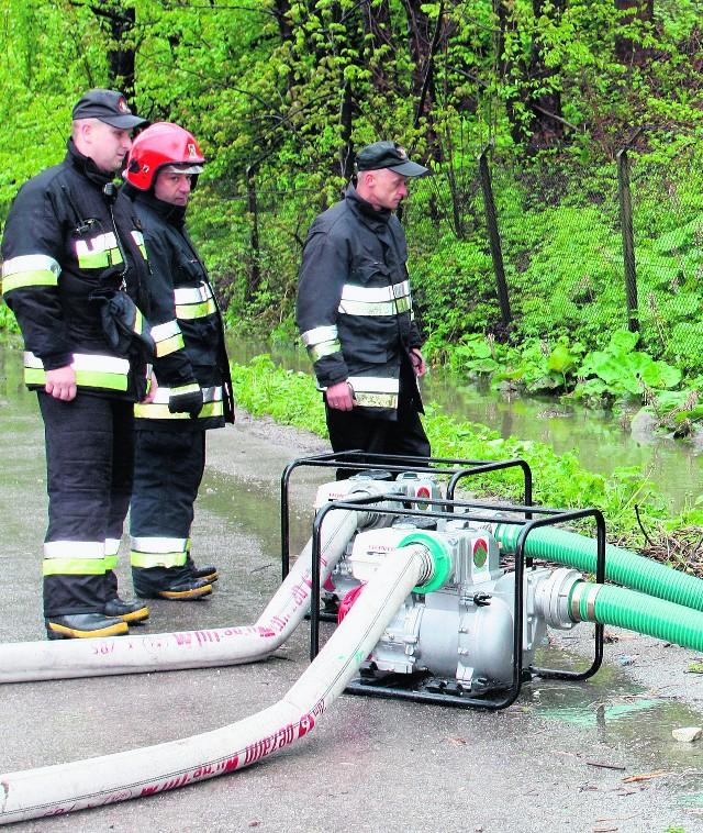 Strażacy wypompowywali wodę z drogi na Tatarach