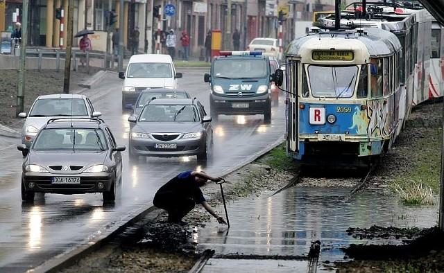 Wrocław: Tramwaje i samochody utknęły w mieście po wielkiej ulewie ...