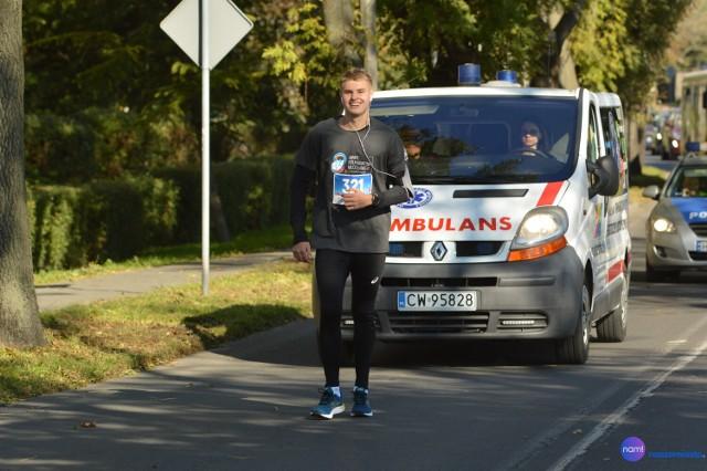 Bartosz Zawadzki jako ostatni dotarł na metę 8. ANWIL Półmaratonu 2021. Doznał kontuzji