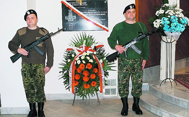 """Honorową wartę przed tablicą pełnili olkuscy """"Strzelcy"""""""
