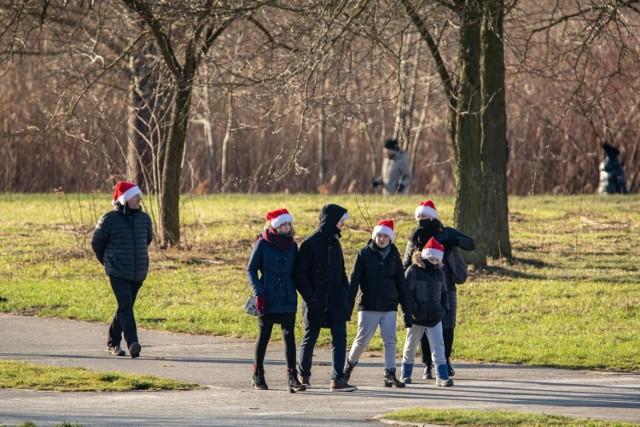 W świąteczną sobotę (26.12.2020) bydgoszczanie postanowili zaczerpnąć odrobinę ruchu na świeżym powietrzu, spacerując alejkami zarówno Ogrodu Botanicznego, jak i Ogrodu Zoologicznego w Myślęcinku.