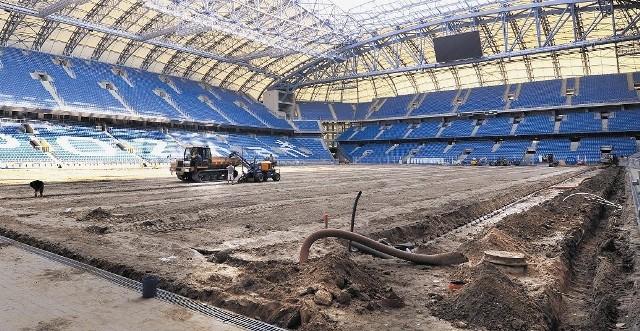 Wkrótce rozpocznie się układanie nowego systemu podgrzewania i nawadniania płyty boiska